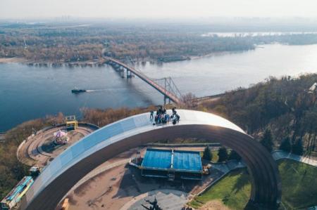 Экстремалы залезли на Арку Дружбы народов в Киеве