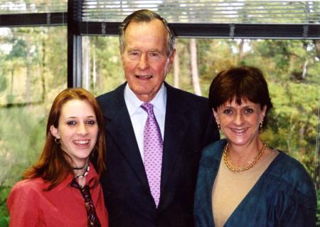 Сексуальные домогательства: Буш-старший снова в центре внимания