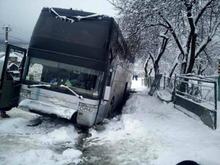 На Закарпатье слетел с дороги автобус, который вез 46 украинцев в Италию