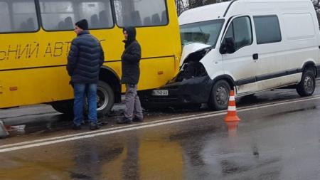 В Ровно в школьный автобус влетел бус