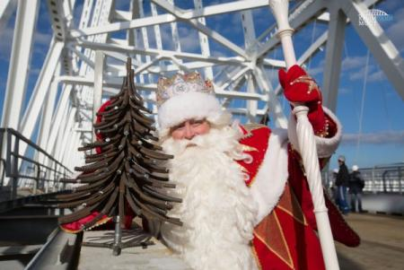 Оккупанты привезли на Керченский мост Деда Мороза