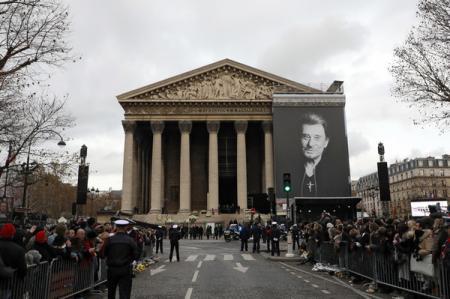 Сотни тысяч французов попрощались с рок-звездой Джонни Халлидеем