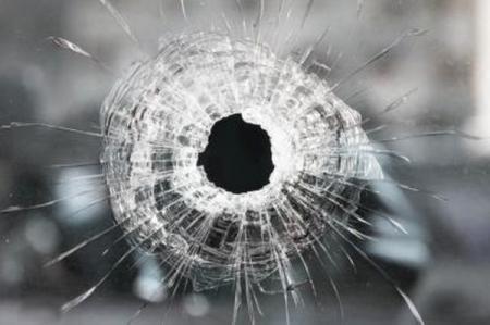 В серой зоне на Донбассе расстрелян автобус, один человек погиб