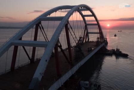 Россия начала установку второй арки Керченского моста