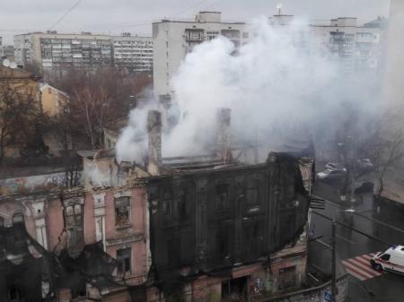 В Киеве на Подоле горит дом-памятник архитектуры