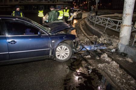 В Киеве водитель влетел в отбойник и попытался скрыться