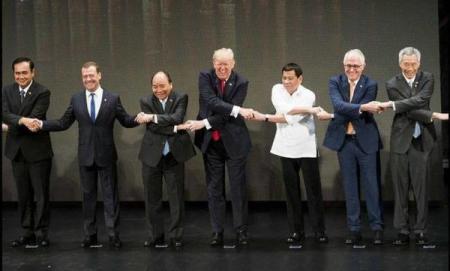 Медведев снова испортил групповое фото на саммите в Азии