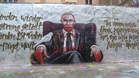 Немцы на граффити Путина в Берлине дописали «убийца» и «вор»
