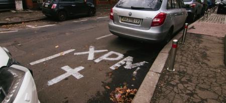 В Киеве священники незаконно нанесли разметку для парковки возле монастыря