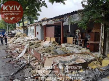 Коммунальщики снесли МАФы рядом с метро Левобережная