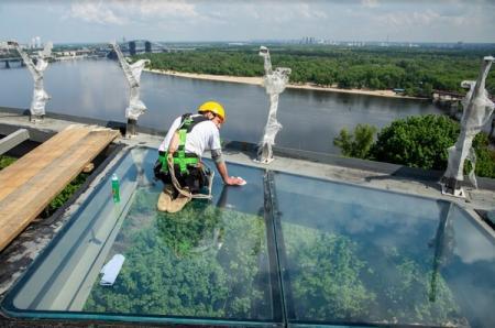 В Киеве появился пешеходный мост со стеклянным полом