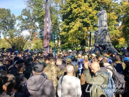 В Киеве националисты забросали советский памятник яйцами