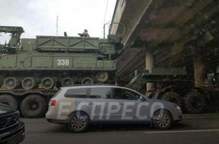 В Киеве перед путепроводом застрял тягач с военной техникой