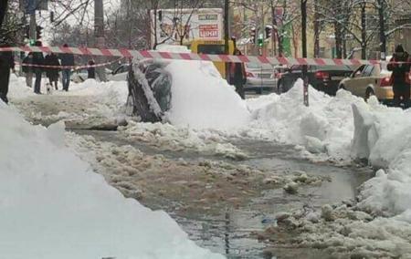В Киеве машина провалилась под асфальт