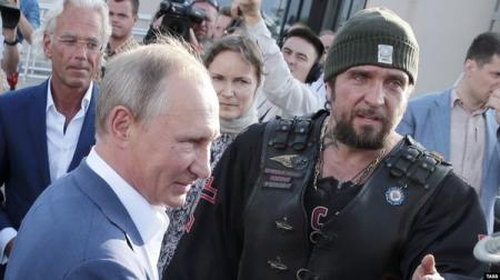 В день массовых протестов в Москве Путин уехал в аннексированный Крым
