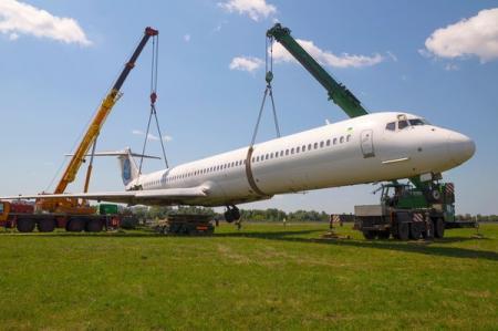 Самолет, выкатившийся за взлетно-посадочную полосу, утилизируют