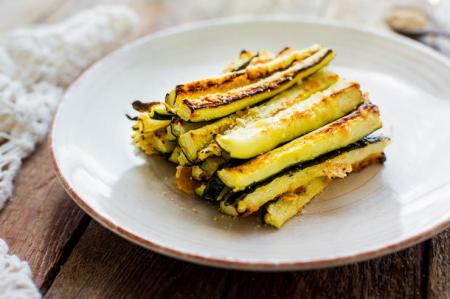 Кабачки-брусочки, запеченные в духовке без лишнего масла