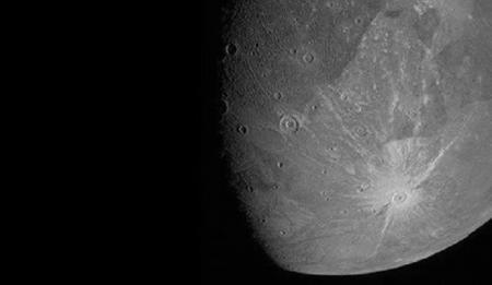 Получены четкие изображения самой большой луны Солнечной системы
