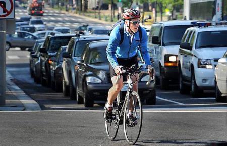 Кабмин пустил велосипедистов в поток общественного транспорта