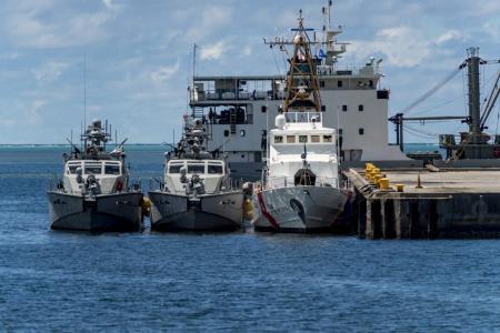 Katery-typu-Mark-VI-ta-patrulnyj-kater-Kiska-klasu-Island-bilya-prychalu-1536x1024-1