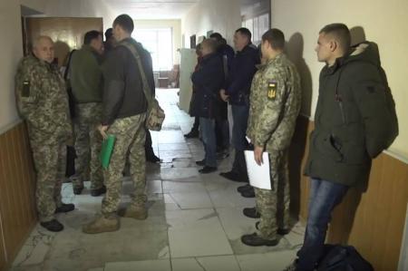 Военные сборы в Украине: в военкоматах аншлаги, резервисты рвутся на полигоны
