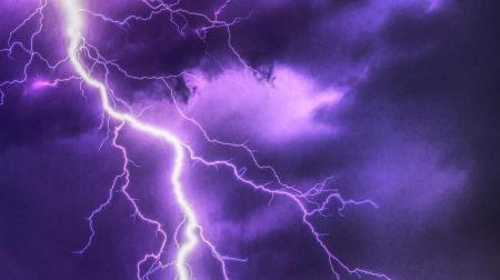 Как уберечься от молнии: украинцам дали 10 советов
