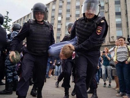 17-летнего школьника обвиняют в нападении на бойца Росгвардии в Москве