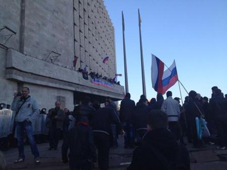 Донецкие сепаратисты захватили ОГА и вывесили над зданием флаги России