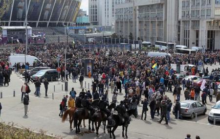 Полиция насчитала возле «Олимпийского» 5 тысяч человек, у Порошенко - 20
