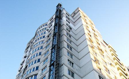 Высокий забор, камеры наблюдения и охрана: в Черкассах люди два года не могут въехать в новую многоэтажку