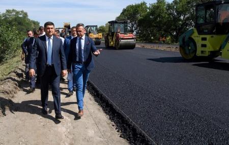 Премьер обещает выделить на дороги за 5 лет 300 миллиардов гривен