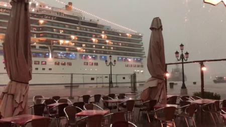 Огромный лайнер чуть не раздавил посетителей кафе в Италии