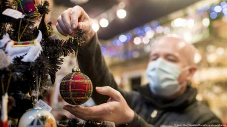 Тотальный локдаун на Новый год: Кабмин обещает помочь деньгами, большие города отменяют гулянья