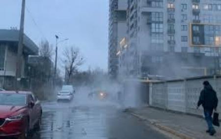 В Киеве очередной прорыв теплосетей, заливает кипятком Шулявку