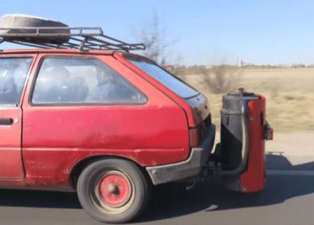 Дрова вместо бензина: в Луцке мужчина перевел авто на экологическое топливо